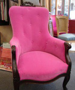 fauteuil rose tissu de la marque romo de cyril verdier tapissier decorateur a trouville sur mer