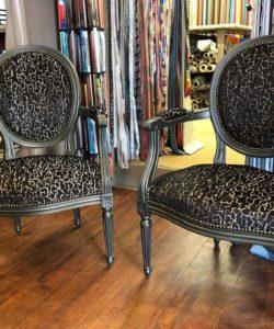 Fauteuils Louis XVI tissu MISIA réfections d'une paire de fauteuils de l'atelier-boutique Verdier décoration à Trouville sur mer dans le calvados en Normandie